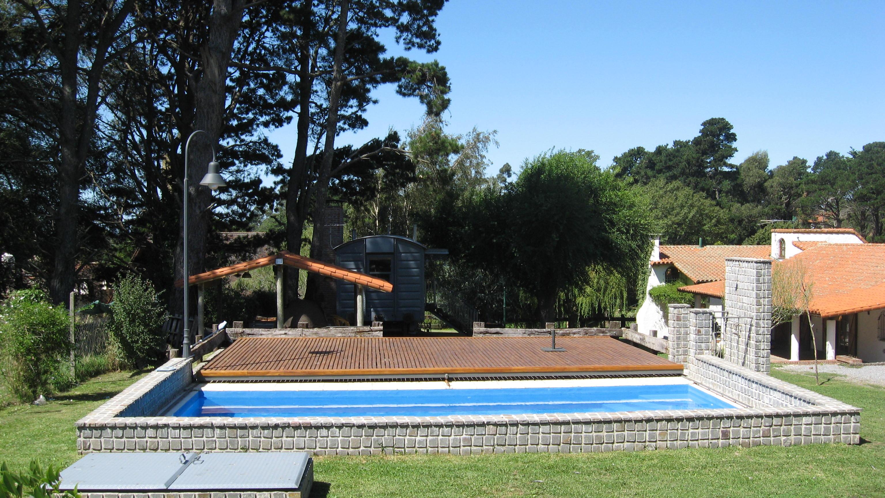 Modelos de piscina com deck elevador a batera para for Cubre piletas precios